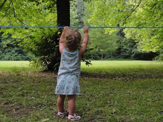 Kind spielt an Slackline
